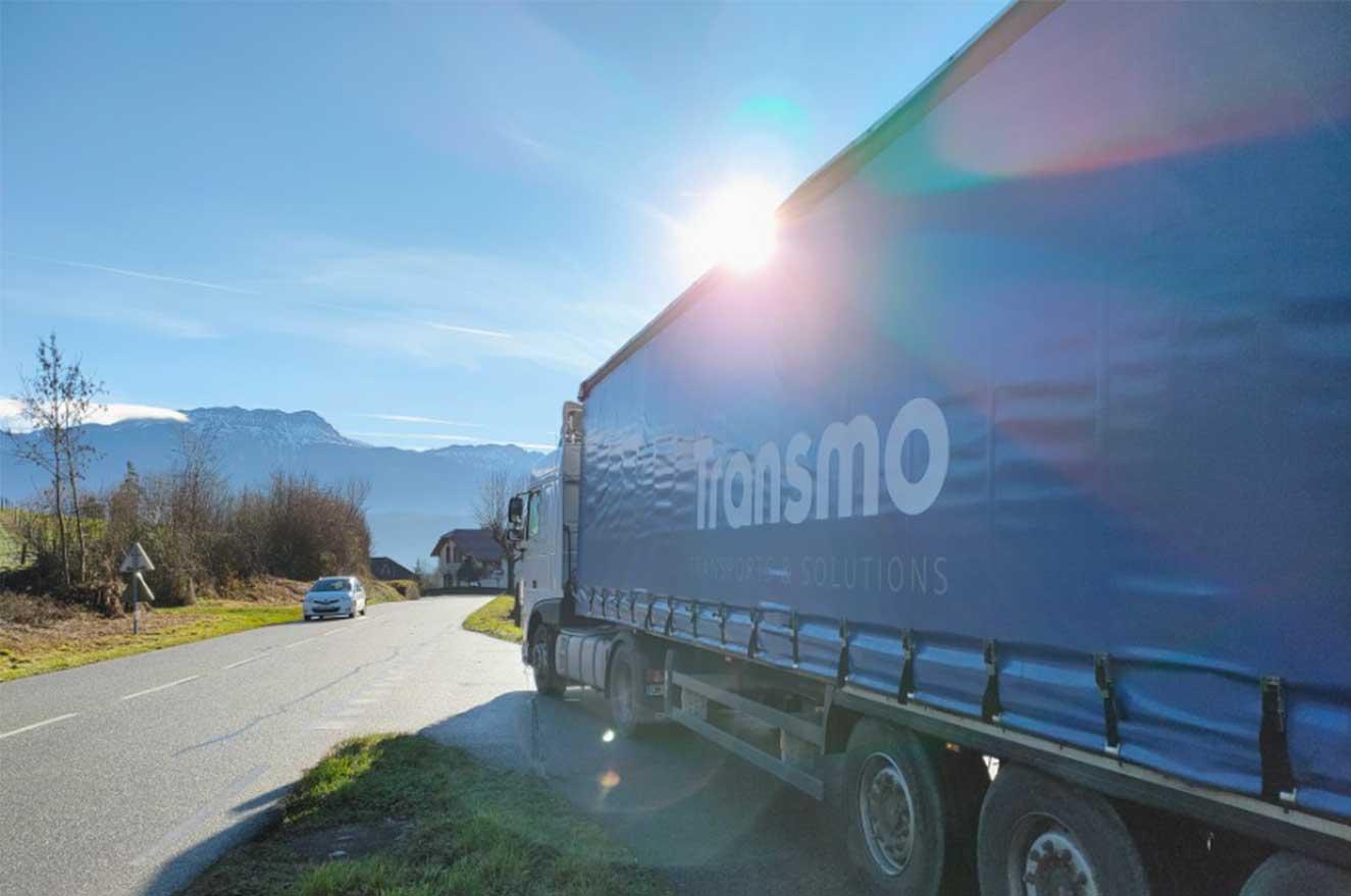 Camion logo Transmo - Transport routier de marchandises, stockage et logistique à Grenoble.